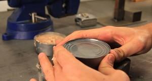 Πως να ανοίξετε μια κονσέρβα με τα χέρια σας (Video)