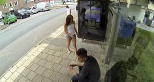 Απίθανη φάρσα με Photoshop σε στάση λεωφορείου (Video)