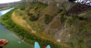 Base Jump από γέφυρα με προσγείωση – έκπληξη (Video)