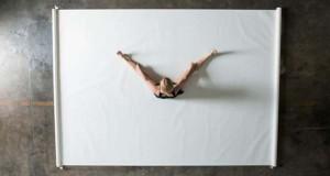 Καλλιτέχνιδα δημιουργεί μοναδικά έργα τέχνης χρησιμοποιώντας το σώμα της