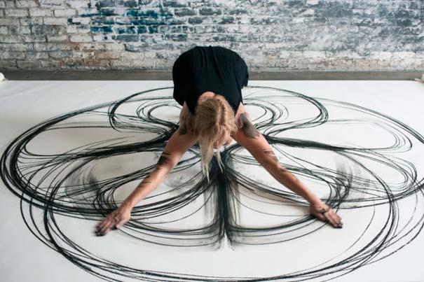 Καλλιτέχνιδα δημιουργεί έργα τέχνης χρησιμοποιώντας το σώμα της (2)