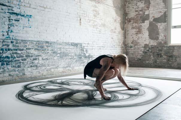 Καλλιτέχνιδα δημιουργεί έργα τέχνης χρησιμοποιώντας το σώμα της (3)