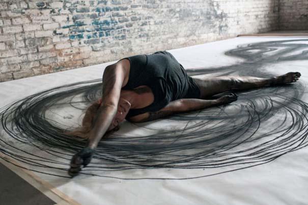 Καλλιτέχνιδα δημιουργεί έργα τέχνης χρησιμοποιώντας το σώμα της (4)