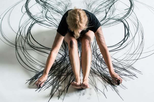 Καλλιτέχνιδα δημιουργεί έργα τέχνης χρησιμοποιώντας το σώμα της (5)