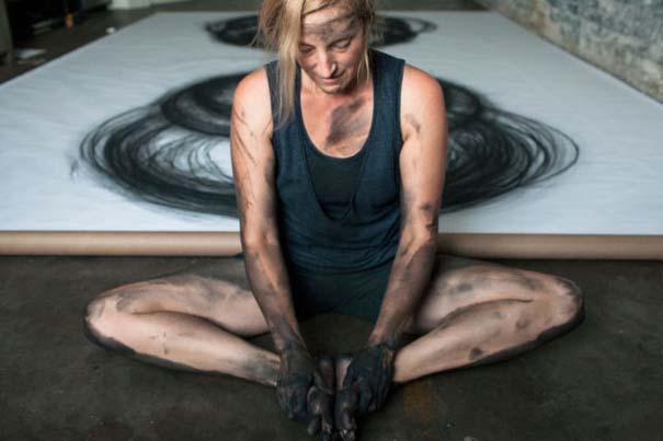 Καλλιτέχνιδα δημιουργεί έργα τέχνης χρησιμοποιώντας το σώμα της (6)
