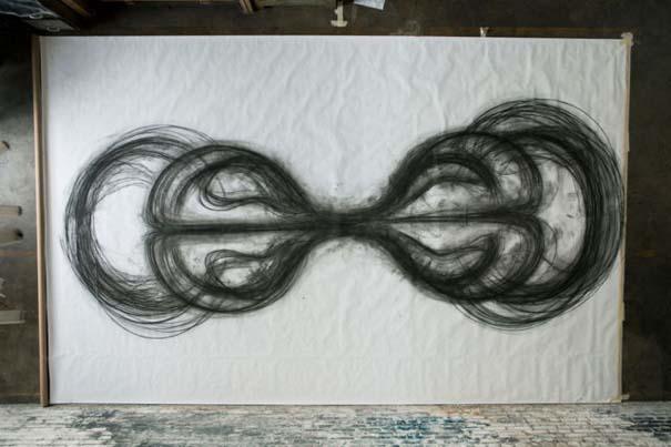 Καλλιτέχνιδα δημιουργεί έργα τέχνης χρησιμοποιώντας το σώμα της (8)