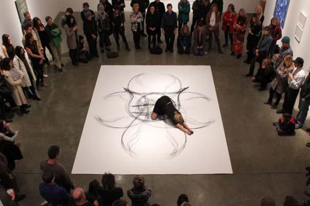 Καλλιτέχνιδα δημιουργεί έργα τέχνης χρησιμοποιώντας το σώμα της (9)