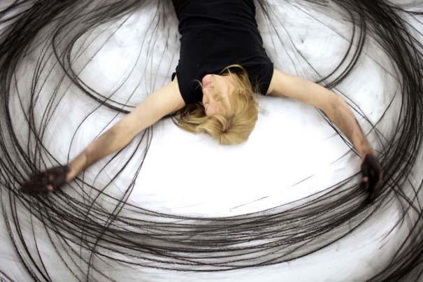 Καλλιτέχνιδα δημιουργεί έργα τέχνης χρησιμοποιώντας το σώμα της (11)