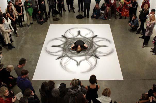 Καλλιτέχνιδα δημιουργεί έργα τέχνης χρησιμοποιώντας το σώμα της (14)