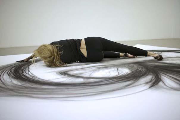Καλλιτέχνιδα δημιουργεί έργα τέχνης χρησιμοποιώντας το σώμα της (15)
