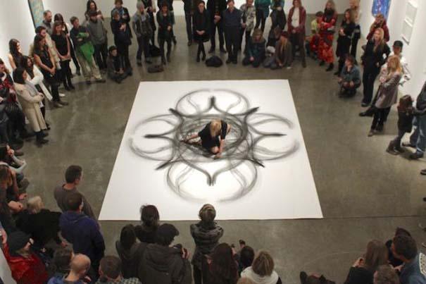 Καλλιτέχνιδα δημιουργεί έργα τέχνης χρησιμοποιώντας το σώμα της (16)