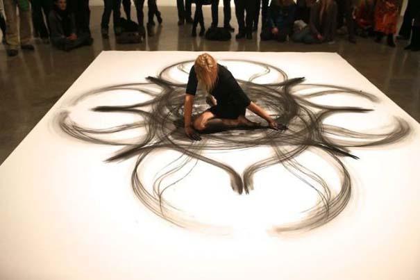 Καλλιτέχνιδα δημιουργεί έργα τέχνης χρησιμοποιώντας το σώμα της (17)