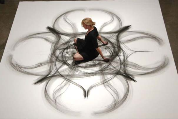 Καλλιτέχνιδα δημιουργεί έργα τέχνης χρησιμοποιώντας το σώμα της (18)