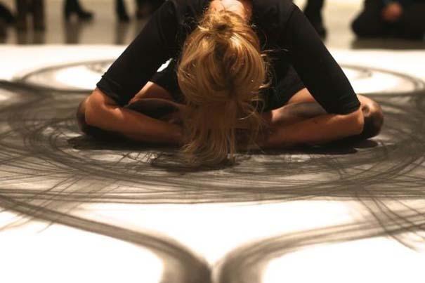 Καλλιτέχνιδα δημιουργεί έργα τέχνης χρησιμοποιώντας το σώμα της (19)