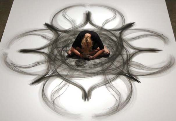 Καλλιτέχνιδα δημιουργεί έργα τέχνης χρησιμοποιώντας το σώμα της (20)