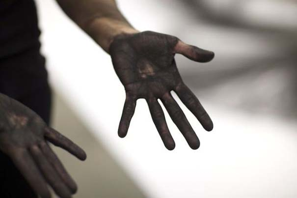 Καλλιτέχνιδα δημιουργεί έργα τέχνης χρησιμοποιώντας το σώμα της (21)