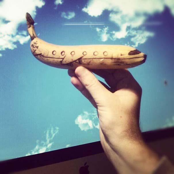 Δημιουργικός μπαμπάς σχεδιάζει πάνω σε μπανάνες (1)