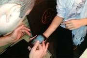 Φάρσα με κατσαρίδα και smartphone
