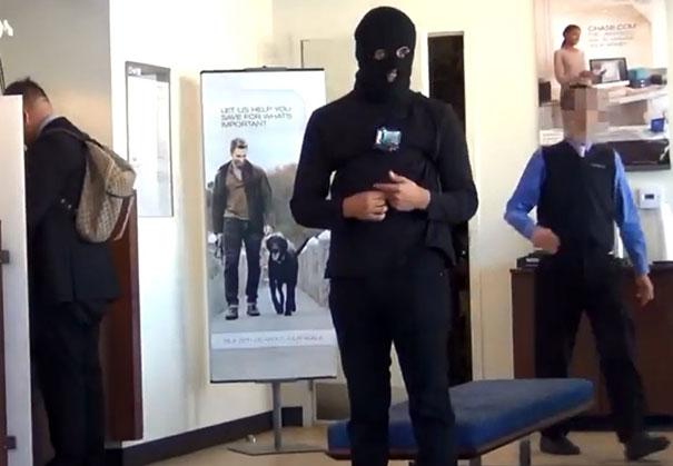 Γενναίος φαρσέρ πηγαίνει στην τράπεζα να ανοίξει λογαριασμό φορώντας κουκούλα