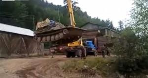 Γερανός σηκώνει τανκ… (Video)