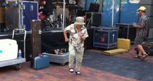Γιαγιά χορεύει με την ψυχή της σε συναυλία (Video)