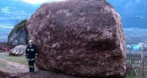 Γιγάντιος βράχος έσπειρε την καταστροφή στο διάβα του (Video)