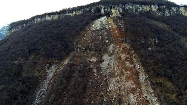 Γιγάντιος βράχος έσπειρε την καταστροφή στο διάβα του (7)