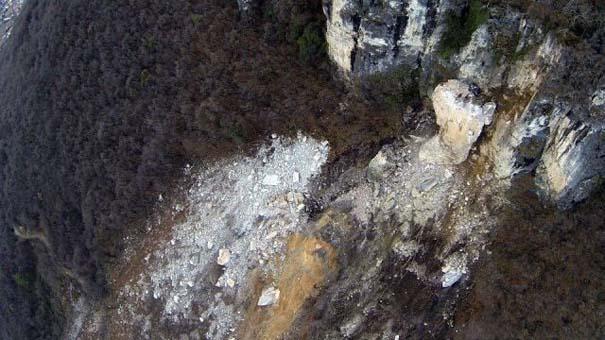 Γιγάντιος βράχος έσπειρε την καταστροφή στο διάβα του (9)