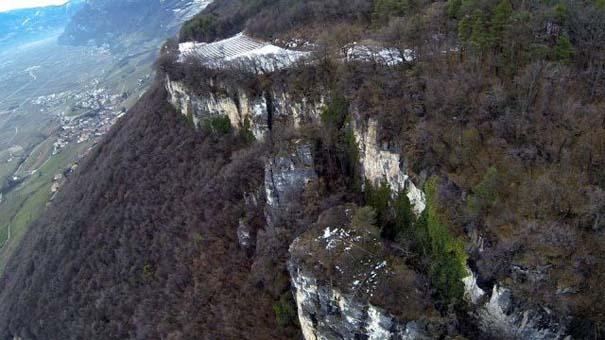 Γιγάντιος βράχος έσπειρε την καταστροφή στο διάβα του (10)