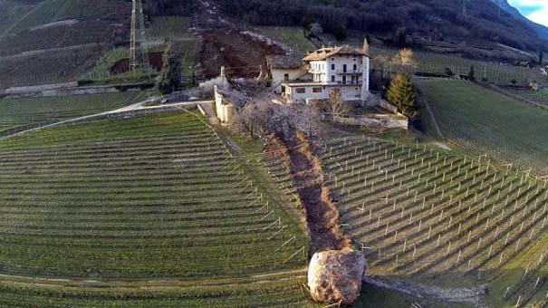 Γιγάντιος βράχος έσπειρε την καταστροφή στο διάβα του (13)