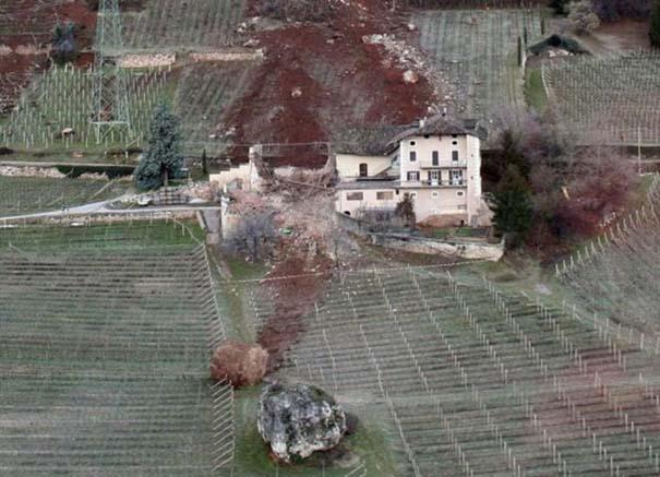 Γιγάντιος βράχος έσπειρε την καταστροφή στο διάβα του (17)