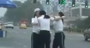 Γυναίκες τροχονόμοι μαλλιοτραβήχτηκαν στη μέση του δρόμου (Video)
