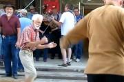Ηλικιωμένοι χορεύουν House
