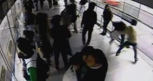 Κάρμα: Κλέφτης αρπάζει το κινητό μιας γυναίκας και αμέσως τον χτυπάει λεωφορείο (Video)