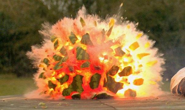 Καρπούζι εκρήγνυται σε αργή κίνηση