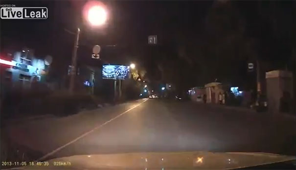 Κι εκεί που γυρίζεις το βράδυ με το αυτοκίνητο...