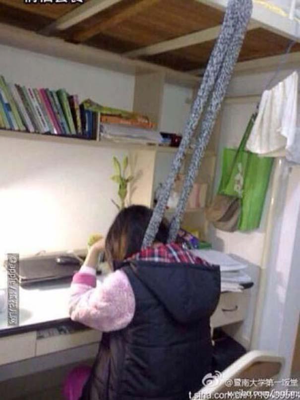 Κινέζοι φοιτητές βρήκαν έναν πολύ περίεργο τρόπο για να παραμένουν ξύπνιοι όταν διαβάζουν (5)