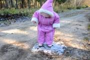 Κοριτσάκι περπατάει για πρώτη φορά πάνω σε πάγο