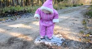 Κοριτσάκι περπατάει για πρώτη φορά πάνω σε πάγο (Video)