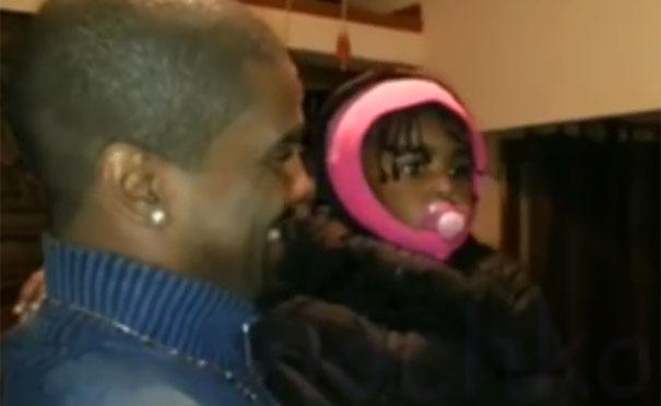 Κοριτσάκι συναντά για πρώτη φορά τον δίδυμο αδερφό του πατέρα της