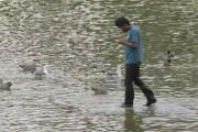 Μάγος περπατάει στο νερό μπερδεύοντας τους περαστικούς