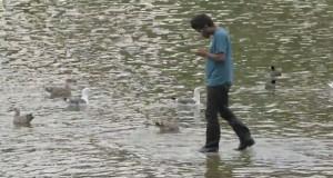 Μάγος περπατάει στο νερό μπερδεύοντας τους περαστικούς (Video)