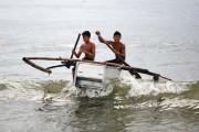 Μετέτρεψαν ψυγεία σε βάρκες για ψάρεμα προκειμένου να επιβιώσουν (1)