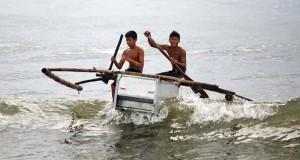 Μετέτρεψαν ψυγεία σε βάρκες για ψάρεμα προκειμένου να επιβιώσουν