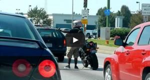 Μοτοσικλετιστής βρήκε έναν ασυνήθιστο τρόπο να ξεμουδιάσει στο φανάρι (Video)
