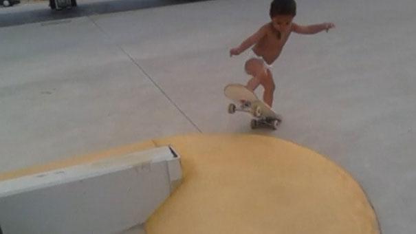 Μπόμπιρας 2 ετών κάνει skateboard