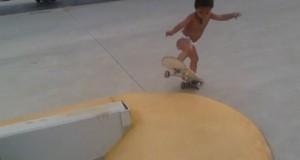 Μπόμπιρας 2 ετών κάνει skateboard και εντυπωσιάζει το Internet (Video)