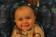 Μωρό 10 μηνών συγκινείται και βουρκώνει με το τραγούδι της μαμάς του