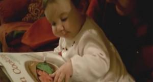 Μωρό προσπαθεί να φάει φαγητό που βλέπει σε περιοδικό (Video)