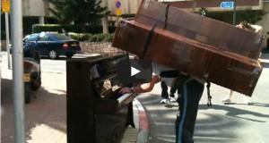 Παίζει πιάνο έχοντας ένα δεύτερο πιάνο στην πλάτη του (Video)